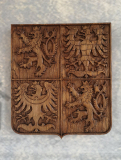 statniznak-drevorezba-vyrezavany-emblem-55cm-brusel-01