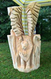 Řezba alegorie – okřídlený lev, had a sova