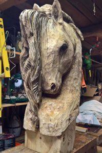 drevořezba hlava koně socha