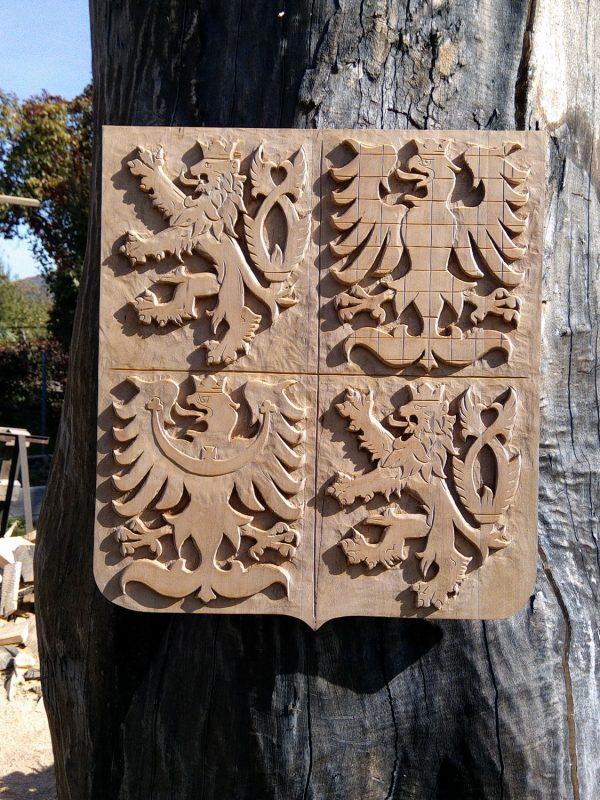 dřevořezba státní znak